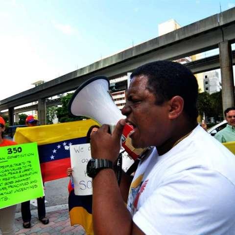 """Grupo Venezolanos Perseguidos Políticos en el Exilio con sede en Miami, le pide al presidente de EE.UU. que estudie la posibilidad de la concesión de un """"alivio migratorio"""" a los venezolanos que """"se encuentran en EE.UU. huyendo de la dictadura. EFE"""