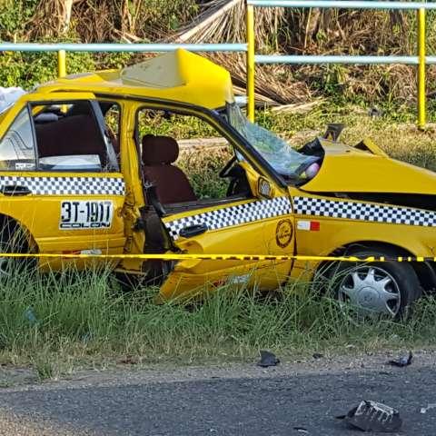 Así quedó en taxi en el que viajaba la víctima.  Foto: Delfia Cortez