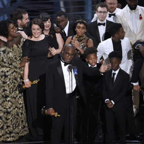 """Barry Jenkins, foreground center, and the cast accept the award for best picture for """"Moonlight"""" at the Oscars on Sunday.  /  Foto: AP"""
