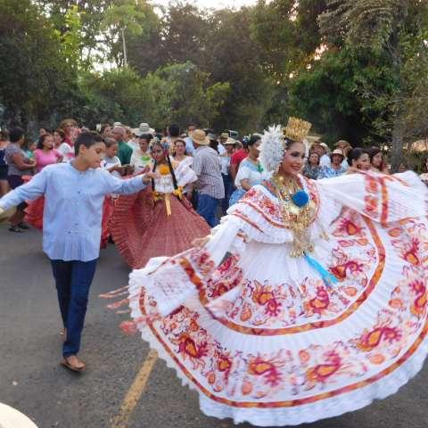Las reinas salientes también  realizan su despedida y hasta se presentan a las reinas  futuras, como lo es Librada Villarreal, reina del 2018. /  Foto: Zenaida Vásquez