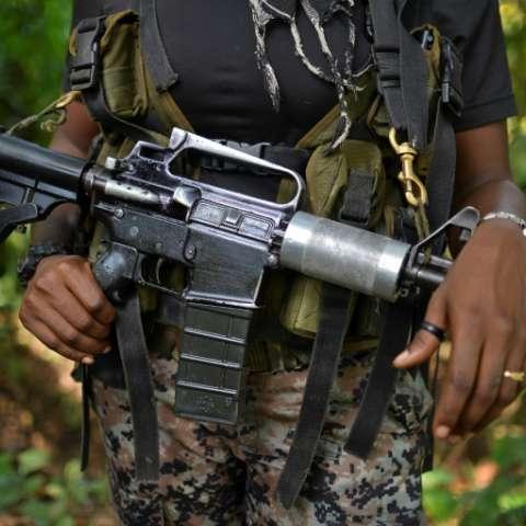 Una combatiente del ELN sostiene un arma en un paraje de Alto Baudo, al noroeste de Colombia.  /  Foto: AFP