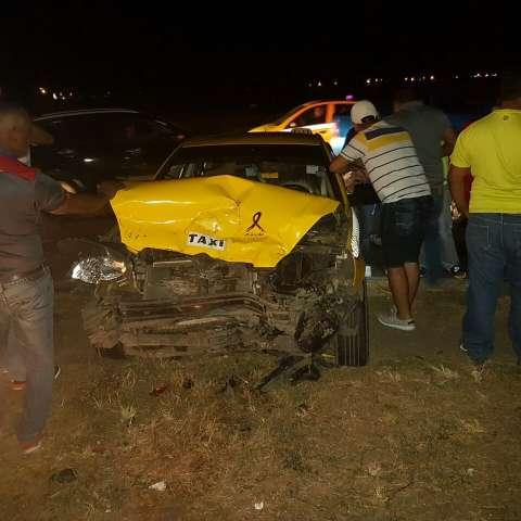 Los ocupantes del taxi tuvieron que recibir atención médica ya que presentaban golpes en varias partes del cuerpo.  /  Foto: Mayra Madrid
