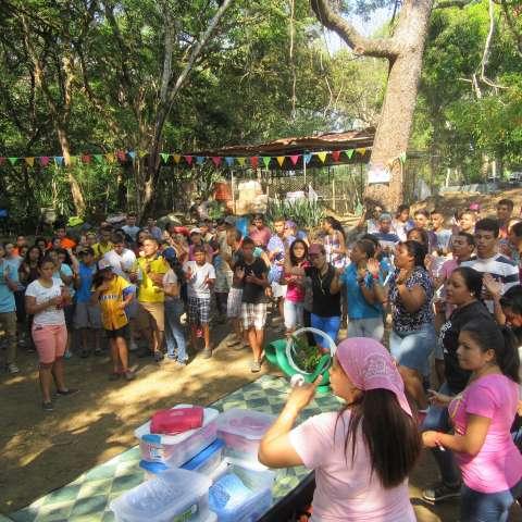 Este año, el retiro de la comunidad de El Ciruelo tuvo un predicador internacional, John Carlos Alcendra, quien motivó a los jóvenes  con su testimonio de fe.  / Foto: Thays DOmínguez