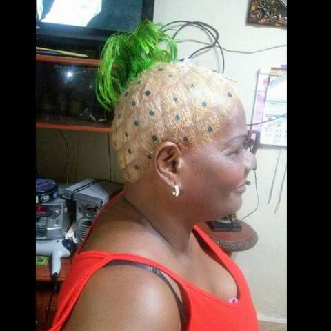 Irma Maloney, muestra su peinado.  /  Foto: Delfia Cortez