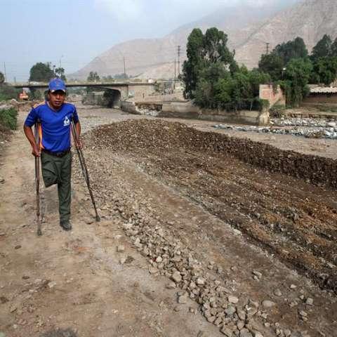 Un poblador damnificado por las inundaciones sale de su vivienda destruida por las lluviaseste 20 de marzo del 2017, en Lima (Perú). EFE