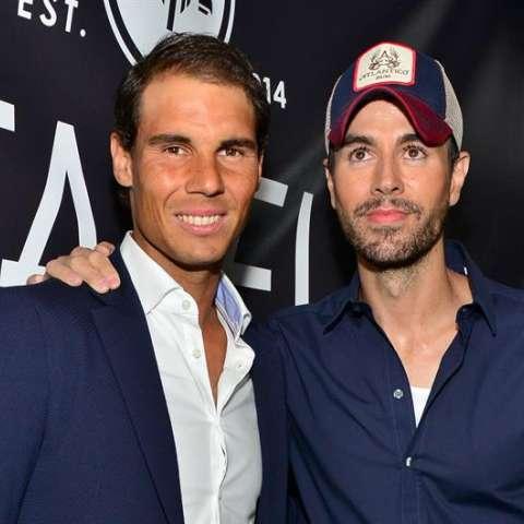 El tenista español Rafael Nadal (i) y el cantante Enrique Iglesias posan en la alfombra roja de la fiesta de inauguración del restaurante Tatel, en South Beach, Miami Florida. EFE