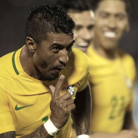 Paulinho lució sensacional ayer con Brasil al marcar tres tantos en el Estadio Centenario de Montevideo. Foto: AP