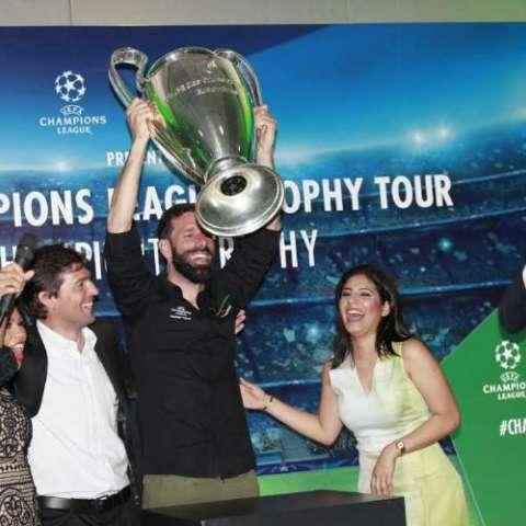 Ruud van Nistelrooy levanta el trofeo de la Champions League. Fotos:Anayansi Gamez