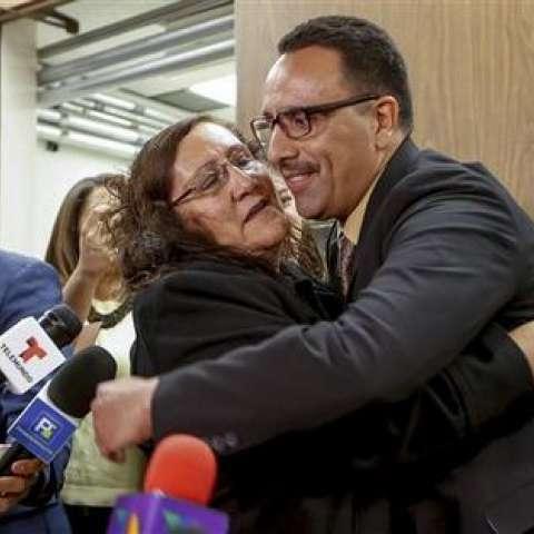 Marco Contreras, de 41 años, abraza a su madre, María Contreras, mientras sus abogados aplauden después de una audiencia en una corte de Los Ángeles durante la cual fue declarado inocente.  /  Foto: AP