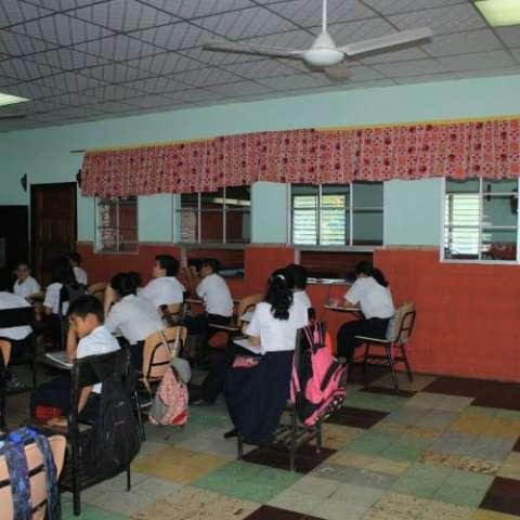 Un aula debió ser demolida y otras presentan rajaduras. Se hace necesaria una reparación estructural.  Fotos: Thays Domínguez