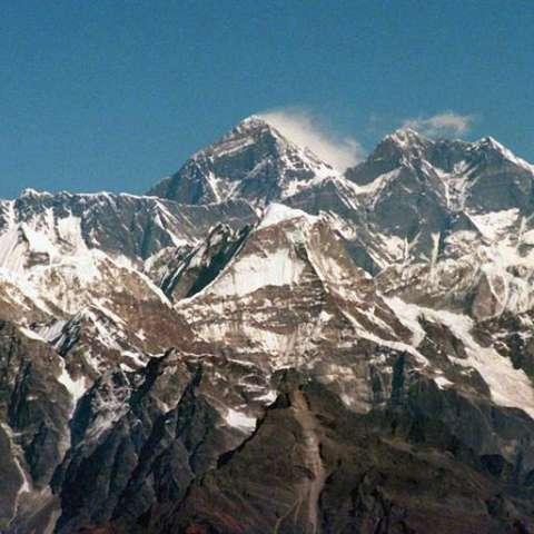 Imagen de archivo tomada el 29 de noviembre de 1996 que muestra el Monte Everest en la cordillera del Himalaya (Nepal) hoy, 22 de mayo de 2017. EFE