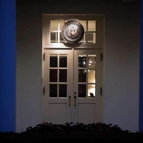 Fotografía del sello presidencial de EE.UU. sobre la entrada del Ala Este de la Casa Blanca, en Washington (EE.UU.). EFE