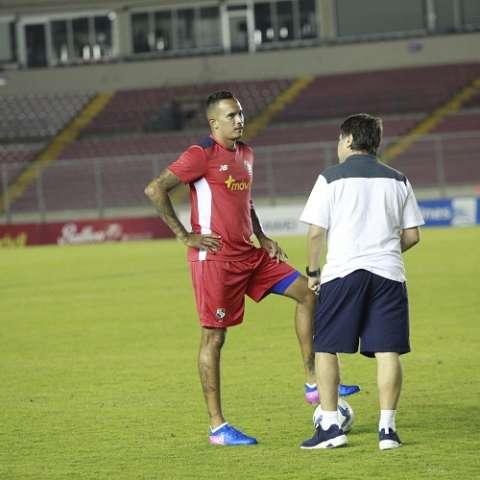 Blas Pérez conversa con el técnico Gómez. Foto Anayansi Gamez