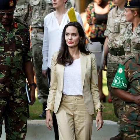 La actriz estadounidense Angelina Jolie, enviada especial de la Agencia de Naciones Unidas para los Refugiados (ACNUR), a su llegada al International Peace Support Centre (lit. Centro Internacional de Apoyo a la Paz) en el Día del Refgiado, en Kenia. EFE
