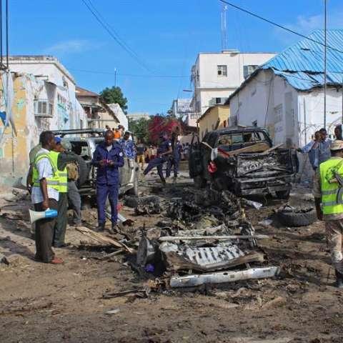 Soldados somalíes asisten a una comisaria de policía en Mogadiscio, en la que se registró una explosión, en Somalia.  /  Foto: EFE