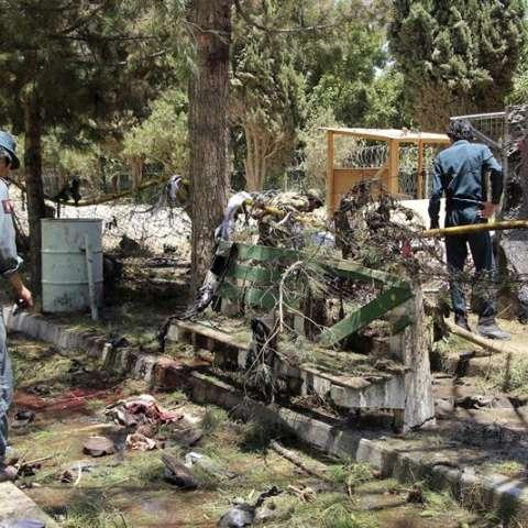 Agentes de seguridad afganos inspeccionan el lugar donde se produjo un atentado suicida con un coche cargado de explosivos en la entrada de una sucursal bancaria, en Lashkargh, provincia de Helmand, Afganistán.  /  Foto: EFE