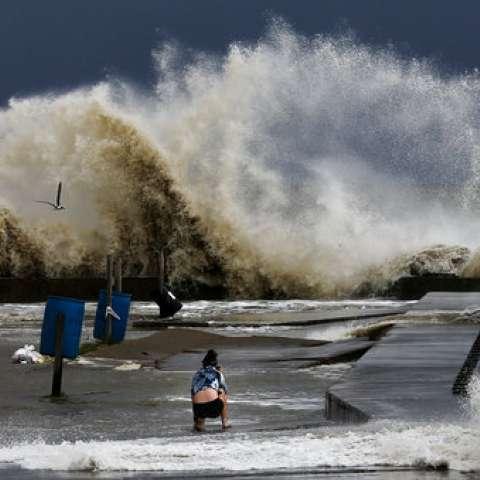 Olas que se estrellan al lado del Paso de Rollover mientras la tormenta tropical Cindy se acercaba a la península de Bolívar.  /  Foto: AP