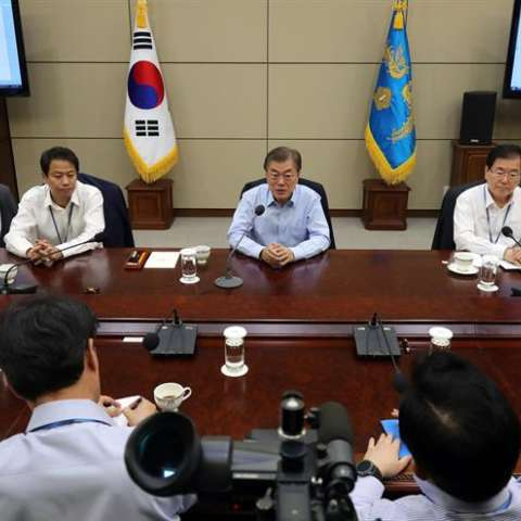 El presidente de Corea del Sur, Moon Jae-in (c), preside una reunión con sus secretarios superiores ayer, jueves 22 de junio, en Cheong Wa Dae (La Casa Azul) en Seúl (Corea del Sur). EFE