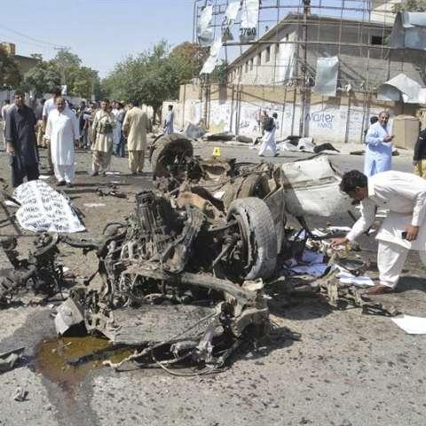 Miembros de las fuerzas de seguridad inspeccionan el lugar donde ha estallado una bomba en Quetta (Pakistán) hoy, 23 de junio de 2017. EFE