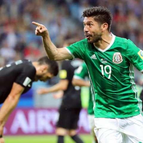 Oribe Peralta (c) dio la victoria a México sobre Nueva Zelanda. Foto EFE