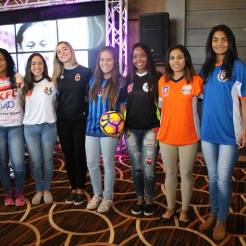 Jugadoras muestran las camisetas de los equipos de la LFF. Foto:FEPAFUT