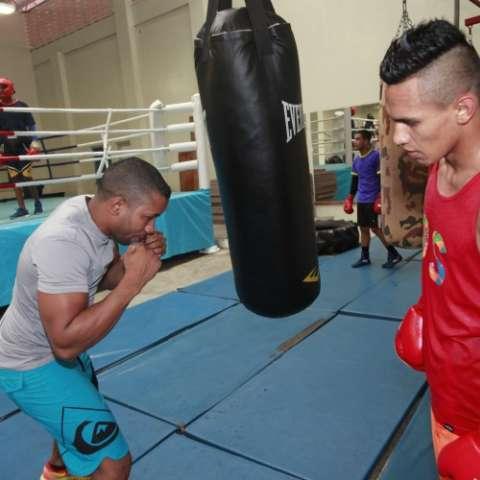 """Bryan """"La Roca"""" De Gracia atiende una enseñanza de su entrenador Ricardo """"El Maestrito"""" Córdoba. Foto: Anayansi Gamez"""