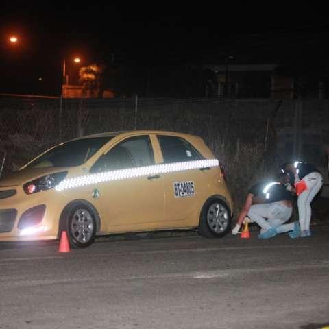 Taxi involucrado en el atropello en el corregimiento 24 de Diciembre.  Foto Alexander Santamaría Crítica