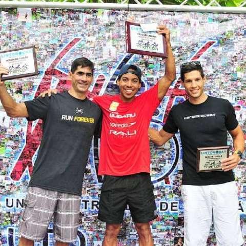 Billy Gordón (centro) celebra en el podio su victoria. Foto: Cortesía UTP