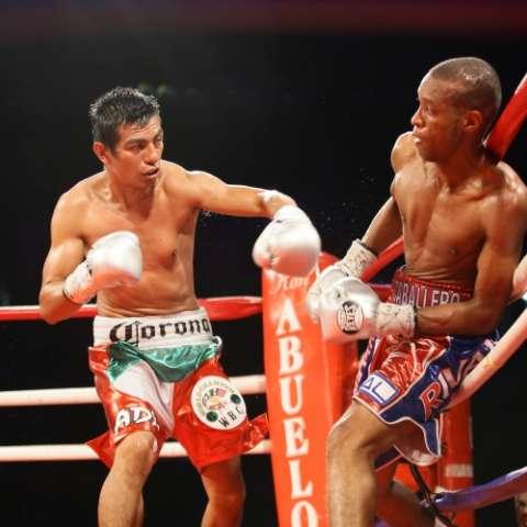 El mexicano Robinson Castellanos (izq.) derrotó en el 2013 al panameño Celestino Caballero, en la arena Roberto Durán.  Foto: Anayansi Gamez