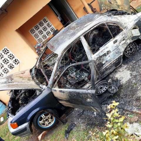 Imagen del vehículo incendiado en Santa Rita área de Corozal en La Chorrera.  /  Foto_ @bomberosoeste
