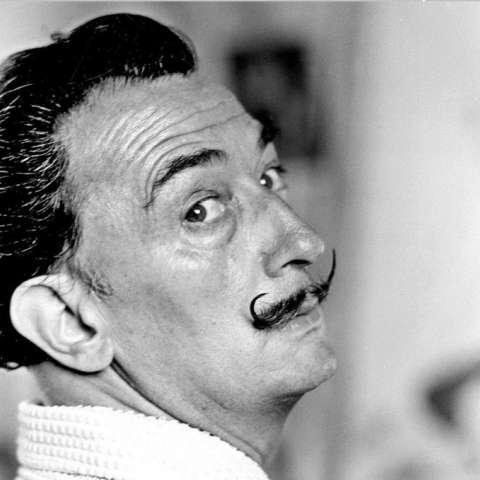 El pintor catalán Salvador Dalí posa en su casa de Port Lligat, cerca de Cadaqués. EFE/Archivo