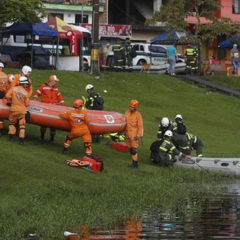 Organismos de rescate se alistan para continuar con las operaciones de búsqueda luego de que una embarcación e hundiera en el embalse de Guatapé al oriente de Antioquia (Colombia). EFE