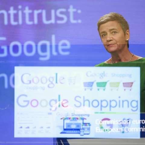 Exposición múltiple del logo de Google Shopping y de la comisaria europea de Competencia, Margrethe Vestager, hoy durante una rueda de prensa para informar de la multa impuesta a Google en Bruselas (Bélgica). EFE