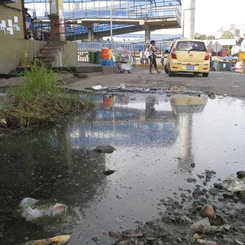Cuando llueve las aguas servidas se desbordan hacia la calle.  /  Foto: Edwards Santos