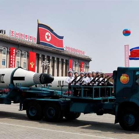 Un vehículo militar con dos misiles a bordo participa en un desfile por la festividad del Día del Sol en la plaza Kim Il Sung, en Pionyang (Corea del Norte) el 15 de abril de 2017. EFE/Archivo