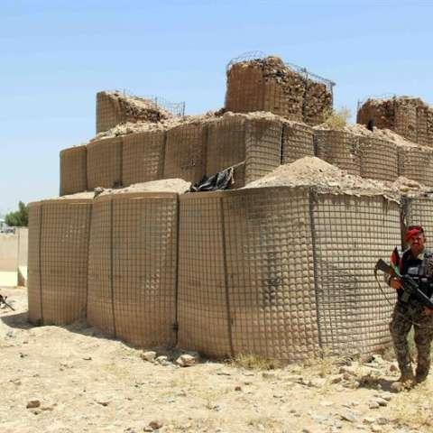 Soldados afganos inspeccionan una base militar después de que anoche se produjese un ataque talibán en Kandahar, Afganistán, hoy, 26 de julio. EFE