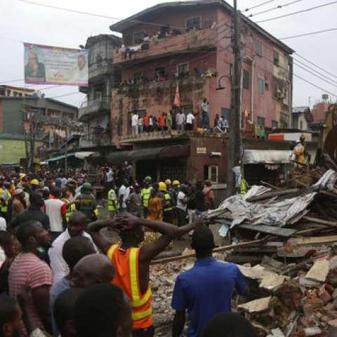 Por lo menos 15 personas fueron rescatadas de entre los escombros del inmueble, que colapsó el martes por la tarde.  /  Foto: AP