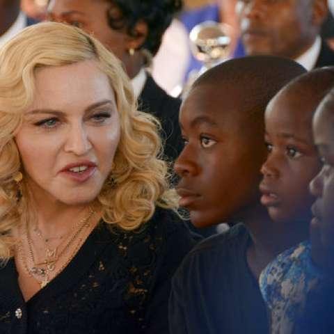 Madonna, a la izquierda, se sienta con sus hijos adoptados David y Mercy.  /  Foto: AP