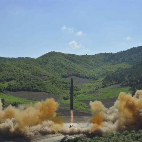 otografía fechada el 4 de julio de 2017 y cedida hoy, 28 de julio, que muestra el misil balístico intercontinental, Hwasong-14, en su lanzamiento en Corea del Norte.EFE/Kcna