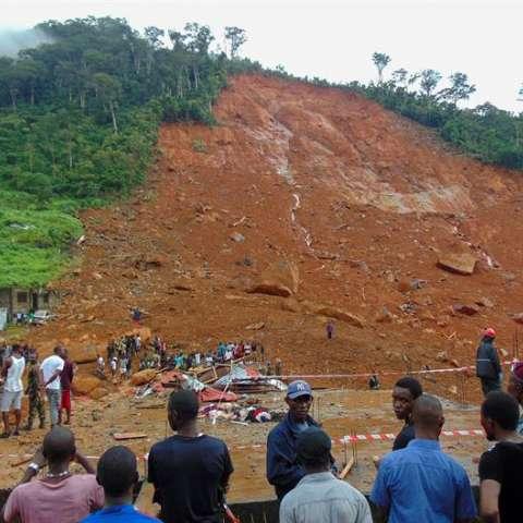 Residentes observan los daños causados por un deslizamiento de tierra ayer en el suburbio de Regent detrás del embalse de Guma, en Freetown (Sierra Leona). EFE