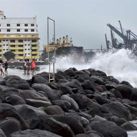 Varias personas observan el alto oleaje en el estado mexicano de Veracruz, la semana pasada. EFE