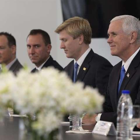 El vicepresidente de Estados Unidos, Mike Pence (d), fue registrado este martes, durante una reunión oficial con el presidente de Argentina, Mauricio Macri, en la residencia oficial de Olivos, en Buenos Aires (Argentina). EFE