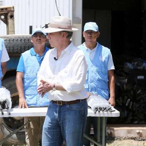 El mandatario colombiano, Juan Manuel Santos, fue testigo de la entrega de las armas.