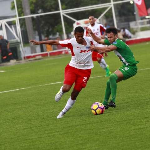 Johnny Ruiz (izq.), hombre gol del Sanfra. Foto:Anayansi Gamez