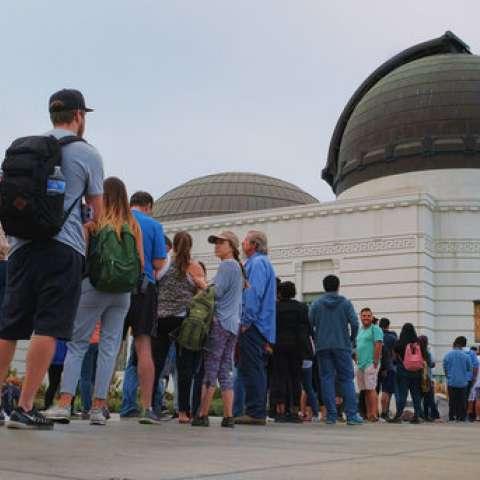 La gente espera en línea comprar anteojos para el eclipse en el Observatorio Griffith en Los Ángeles el lunes 21 de agosto de 2017.  /  AP