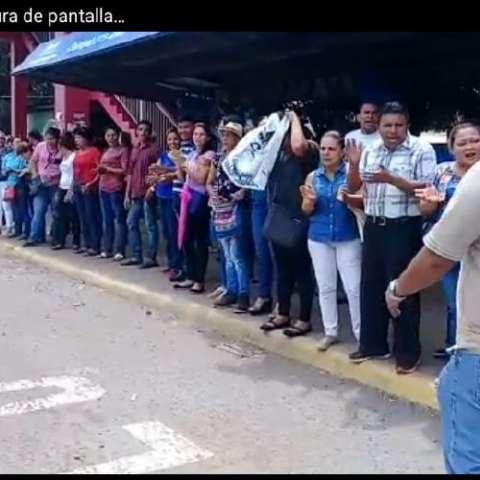 Los educadores salieron a la orilla de la vía Interamericana y gritaron consignas contra el Gobierno. Foto: Mayra Madrid