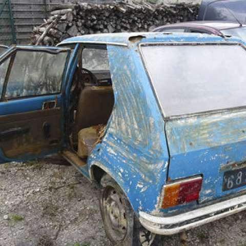 La policía francesa sacó, en una forma sorprendentemente buena, de un pantano, un Peugeot 104 azul robado en el corazón de Champagne de Francia en 1979, pero repleta de cangrejos de río.  /  Foto: AP