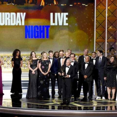 """Lorne Michaels y el elenco de SNL aceptan el premio a la destacada serie de esbozos de variedades por """"Saturday Night Live"""" en los 69 premios Primetime Emmy.  /  Foto: AP"""