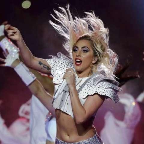 Presentación de Lady Gaga durante el show de medio tiempo del partido de fútbol NFL Super Bowl 51 entre los New England Patriots y los Atlanta Falcons de Houston. AP
