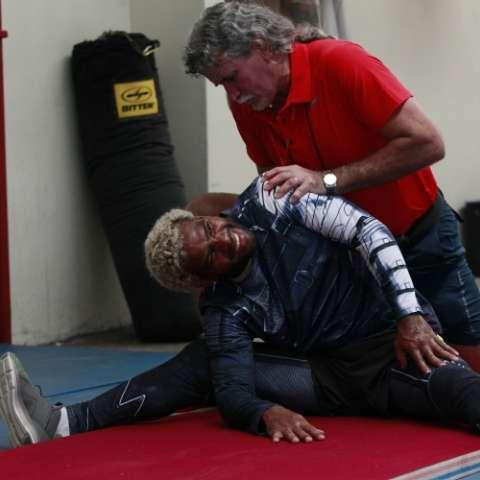 Jezreel Corrales (izq.) trabaja con el preparador físico Ismael Ortega durante una práctica. Foto: Anayansi Gamez